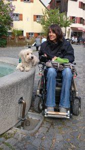 Gaby und Pepe am Brunnen